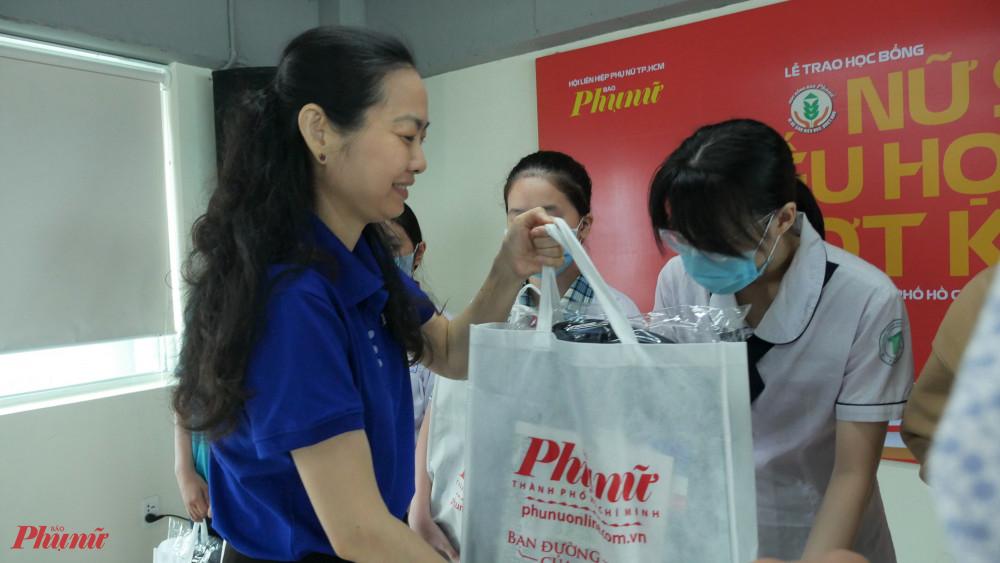 bà Lâm Thị Ngọc Hoa – Phó Chủ tịch Thường trực Hội LHPN TPHCM – phụ trách Báo Phụ nữ TPHCM tặng học bổng cho các em nữ sinh