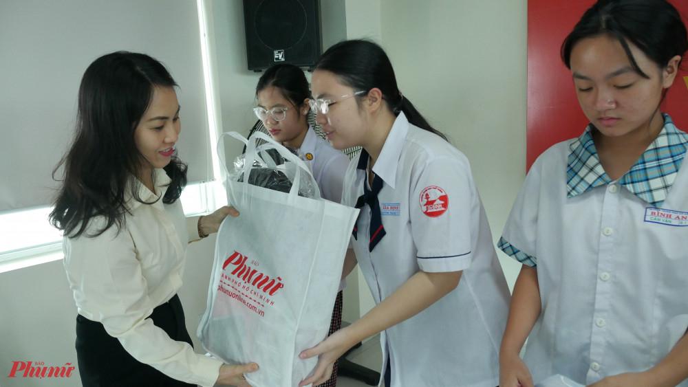 Bà Lê Thị Kiều Oanh - đại diện Công ty Cổ Phần O^ tô Trường Hải tặng học bổng cho các nữ sinh