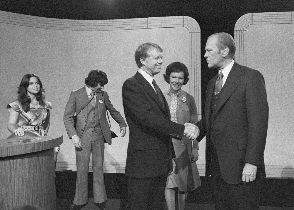 2 ứng viên tổng thống bắt tay nhau sau khi kết thúc phần tranh luận trên truyền hình năm 1976 - Ảnh: AP