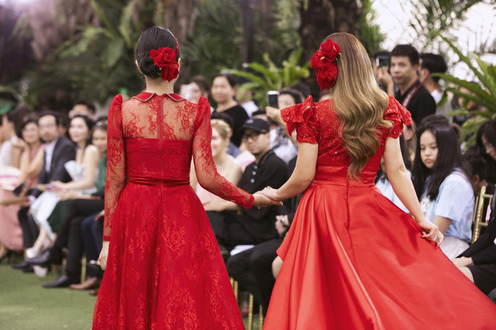 Nếu Minh Tuyết vãn trung thành với lối thả tóc dài một bên thì Cẩm Ly lần này bới tóc cao.
