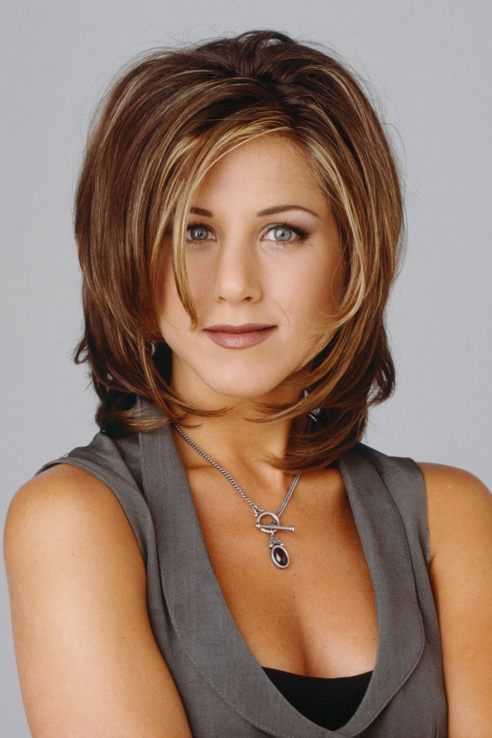 """Năm 1994:  """"Tôi nghĩ đó là kiểu tóc xấu xí nhất mà tôi từng thấy,"""" Aniston nói với Allure vào năm 2011 về kiểu tóc phân cực của Rachel Green."""