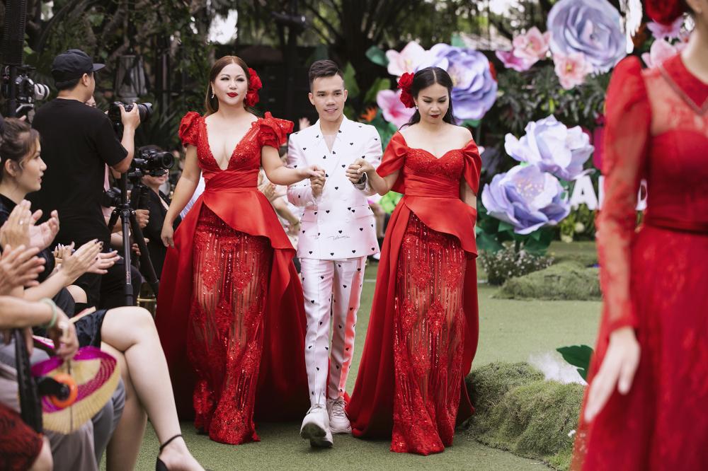 Chiều cao khiêm tốn so với người mẫu nhưng Cẩ Ly - Minh Tuyết vẫn tự tin sải bước, thậm chí khuấy đảo sàn runway
