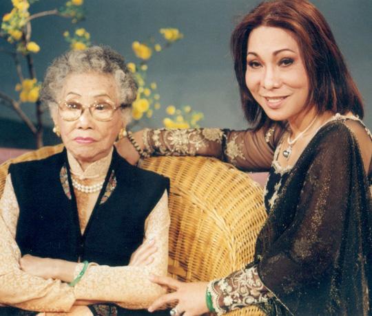 NSND Phùng Há và NSND Bạch Tuyết tại phim trường HTV năm 2002 (ảnh internet)