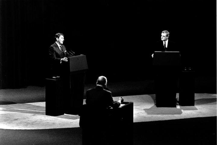Cuộc tranh luận tổng thống trên truyền hình giữa 2 ứng cử viên Ronald Reagan và Walter Mondale. Ảnh: David Longstreath—AP