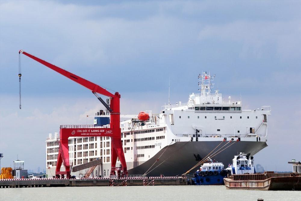 Trong quá trình vừa xây dựng, vừa khai thác nhưng Cảng quốc tế Long An đã đón gần 1.000 chuyến tàu trong và ngoài nước ra vào cảng