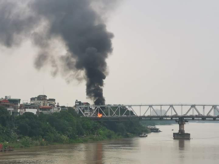 Cột khói lớn của vụ cháy nhìn từ phía xa.
