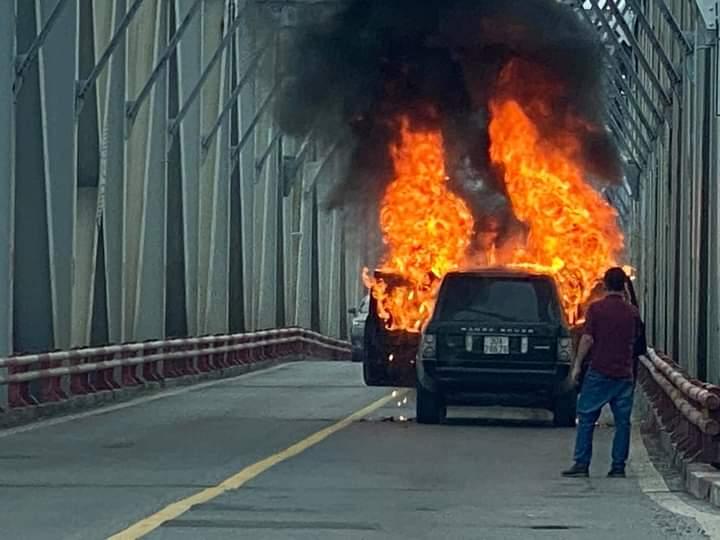 Chiếc xe bất ngờ bị cháy, cơ quan chức năng chưa ghi nhận thương vong.