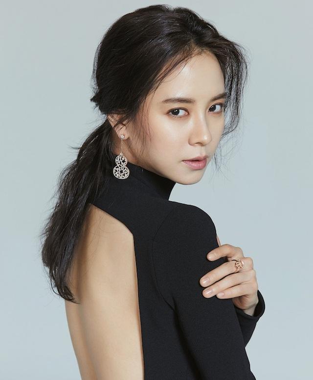 Khi trang điểm trông Song Ji Hyo trở nên quyến rũ, ấn tượng.