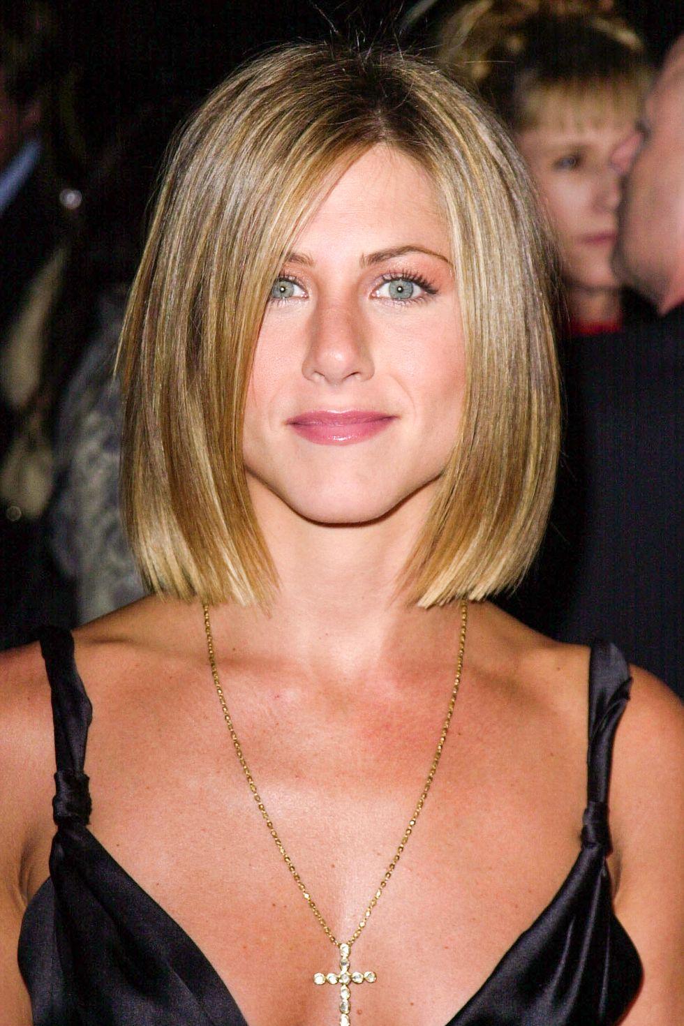 Aniston tại lễ trao giải People's Choice Awards với kiểu tóc bob uốn cụp (sau này trở thành vấn đề tiêu chuẩn kiểu tóc Jenner-Hadid mùa hè 2017).
