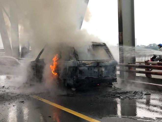 Chiếc xe tiền tỷ bị cháy trơ khung.