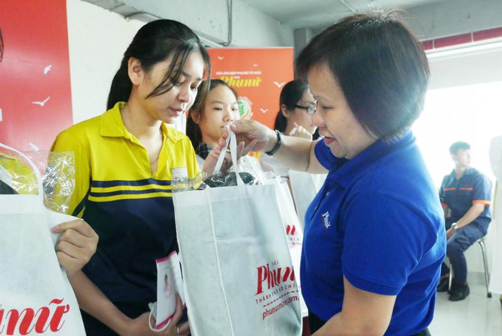 Bà Tạ Thị Nam Hồng - Phó tổng biên tập Báo Phụ nữ TP.HCM - tặng học bổng cho các em nữ sinh