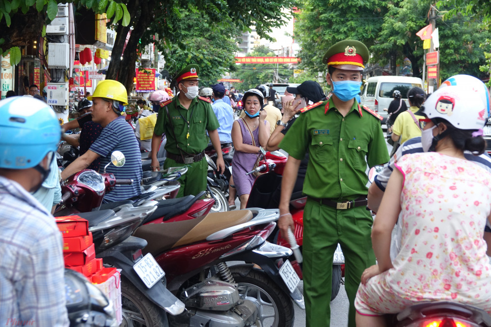 Lực lượng Công an phường cũng có mặt mỗi khi khách hàng tập trung đông tại cửa hàng Đông Phương để điều tiết giao thông, tránh cảnh ùn tắc, mất trật tự khi người dân tập trung tại cửa hàng này để mua bánh.