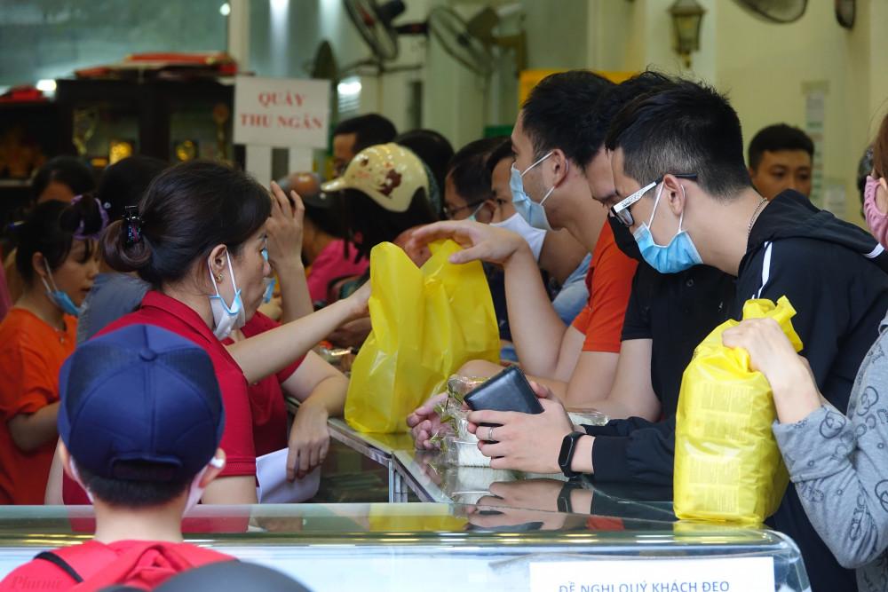 Chủ cửa hàng bánh Đông Phương cho biết: 'Cửa hàng bánh bắt đầu đông khách từ ngày 1/7 Âm lịch. Những ngày này, khách sẽ đến liên tục cho đến khi cửa hàng đóng cửa nhưng vào ngày cao điểm, chỉ đến tối là cửa hàng hết bánh.