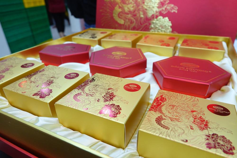 Các bộ sản phẩm bánh nướng bánh dẻo dùng làm quà tặng với giá 2 triệu đồng cũng được ưa chuộng trong năm nay.