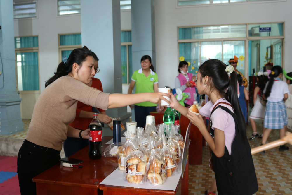 Cán bộ Hội quận 2 chuẩn bị nhiều món ăn, thức uống cho các bé tham dự chương trình.