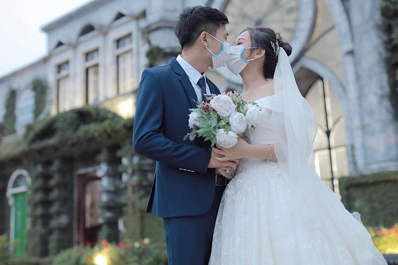 Một cặp cô dâu chú rể chụp hình cưới mùa COVID-19. Ảnh: Xuân Trình, Thảo Linh.