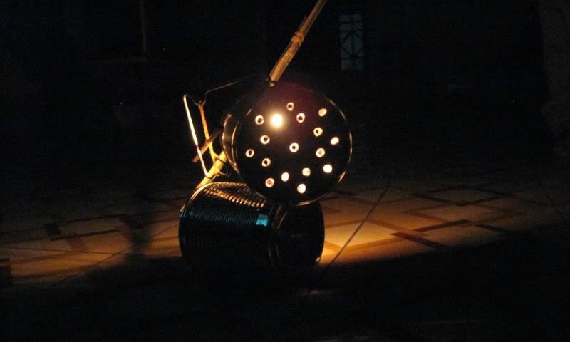 Lồng đen lon chúng tôi tự làm khác hẳn lồng đèn công nghiệp bây giờ. Ảnh: Internet