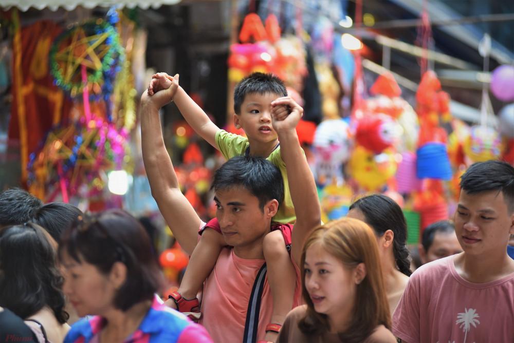 Nhiều em nhỏ thích thú khi được bố mẹ đưa đi chơi chợ Hàng Mã với đủ các loại màu sắc của đồ chơi truyền thống.