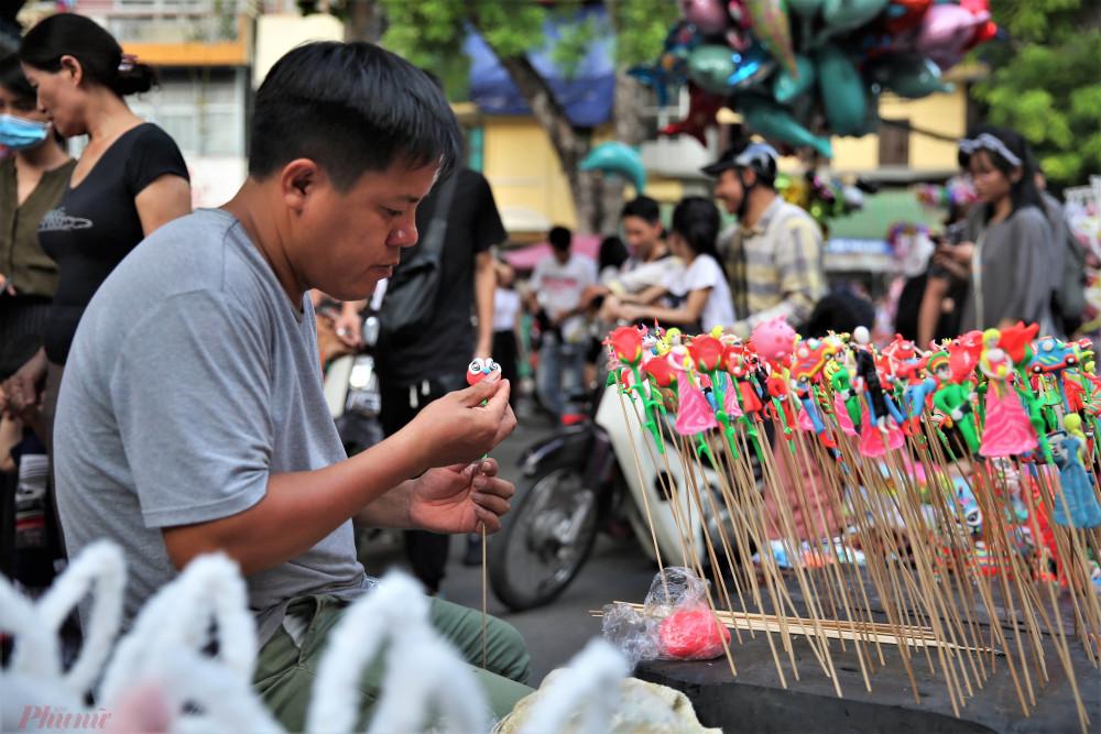 Một người thợ làm tò he, một loại mặt hàng bán chạy không chỉ vào dịp Trung thu, có thể dễ dàng tìm thấy trên phố đi bộ Hồ Gươm.