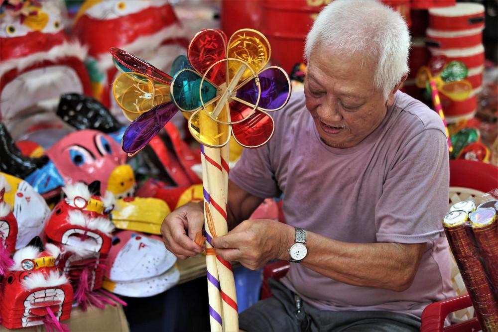 Đèn cù cũng là một món đồ chơi truyền thống được ưa chuộng với giá từ 40-70 ngàn đồng/chiếc.