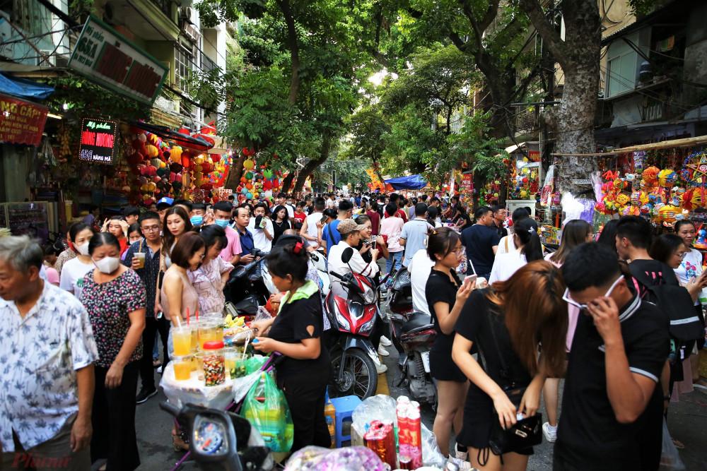 Theo ghi nhận của phóng viên, chợ Trung thu trên phố Hàng Mã bắt đầu đông người từ 1 tuần trở lại đây. Đó cũng là một điểm khác biệt so với những năm trước.