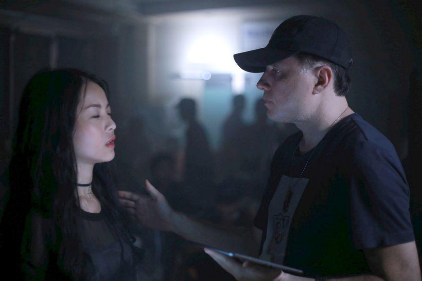 Nam đạo diễn Peter Mourougaya và Yu Dương trên phim trường.