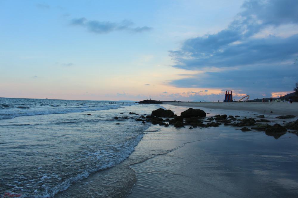 Mặt trời lặn dần, khoác lên những áng mây những mảng màu rực rỡ.