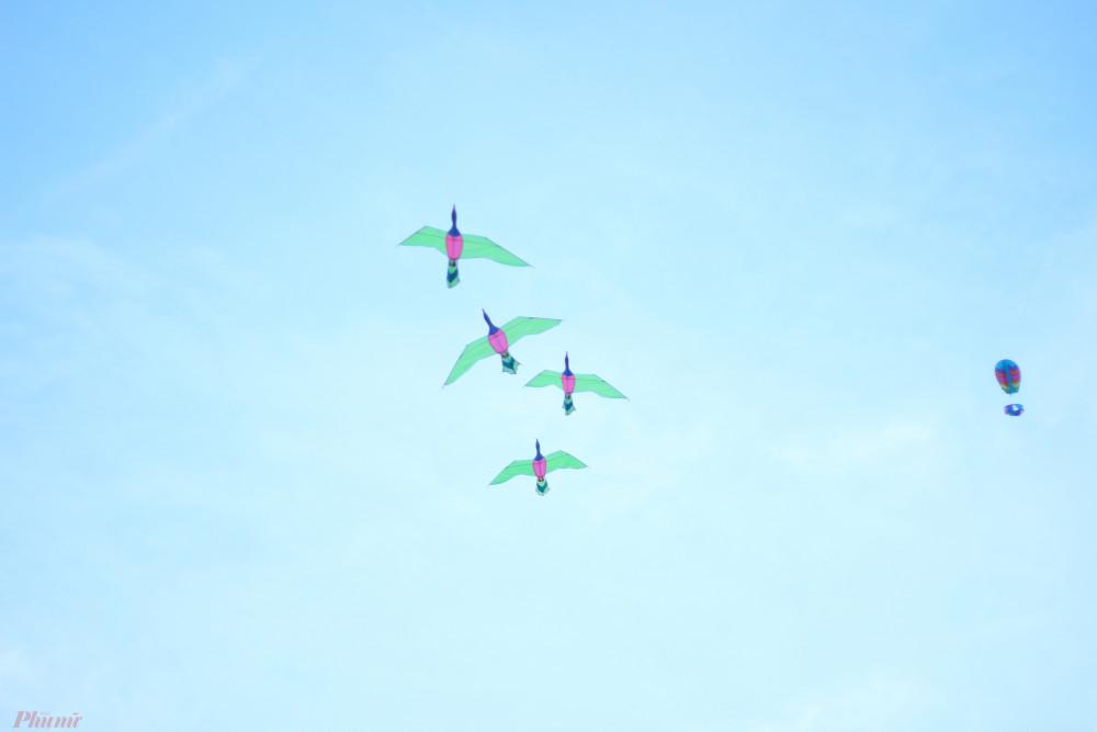 Những con diều no gió lao vút lên bầu trời.