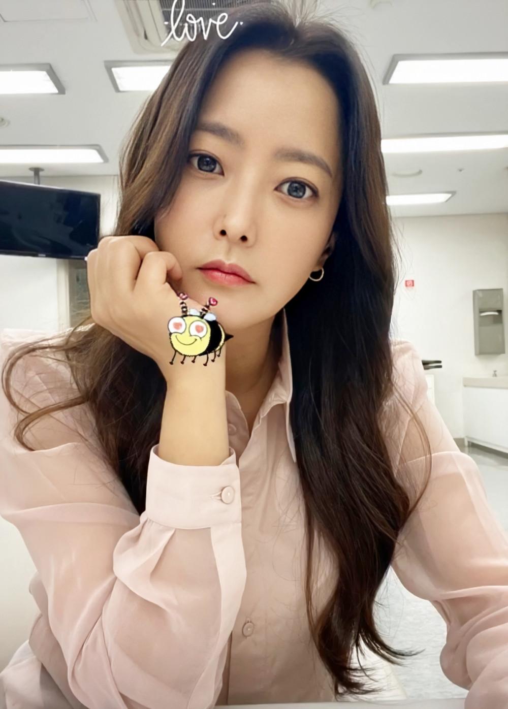 Làn da căng bóng, mịn màng của Kim Hee Sun.