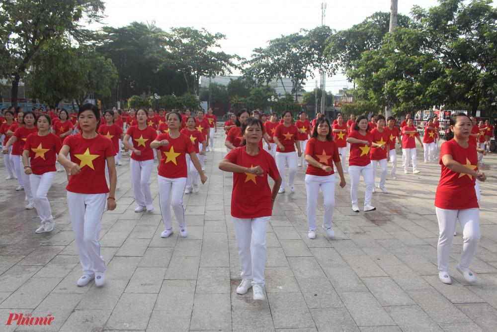 Thể dục đồng diễn thu hút hàng trăm chị em hội viên tham gia