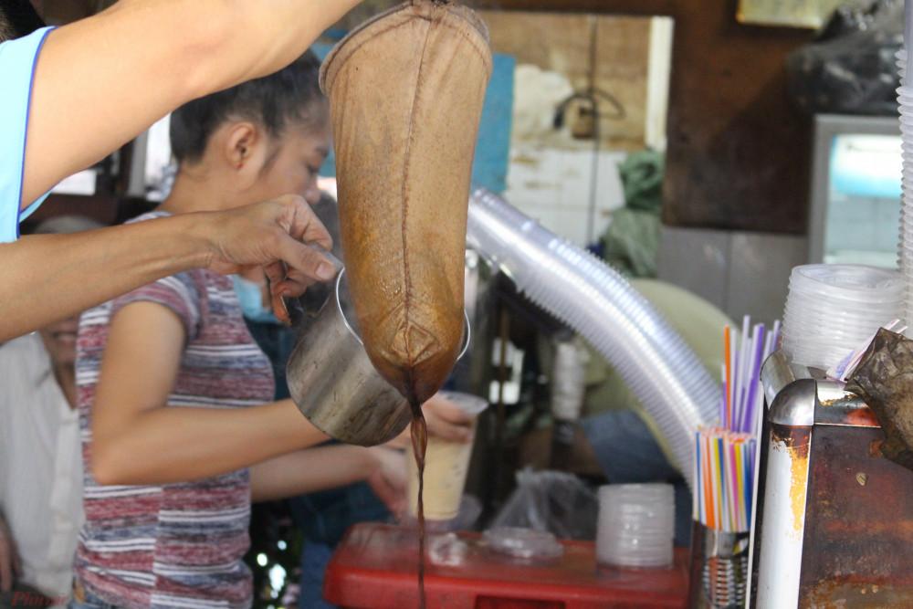 Con trai của ông Côn nối nghiệp cha, duy trì quán cà phê vợt cuối cùng ở TPHCM.
