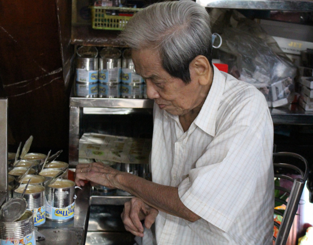 Ông Đặng Ngọc Côn phụ con cháu khui sữa để pha cà phê.