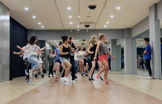 Nhiều tài năng toàn cầu đang tham gia một buổi học khiêu vũ tại Trung tâm Global K ở Paju, Gyeonggi