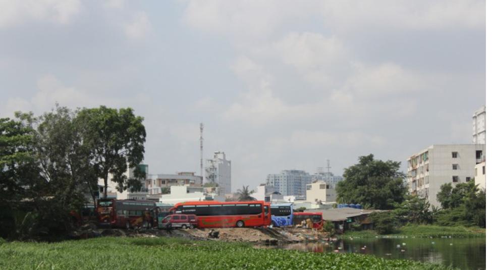 Bãi xe cóc đón trả khách trái phép gần khu vực Bến xe Miền Đông hiện hữu