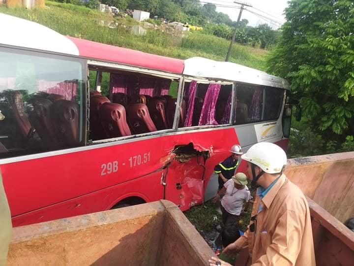 Chiếc ô tô chở học sinh hư hỏng nặng sau khi va chạm với tàu hỏa.