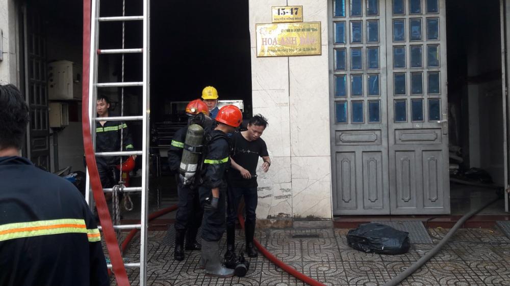 Hai nạn nhân mắc kẹt được giải cứu thành công.