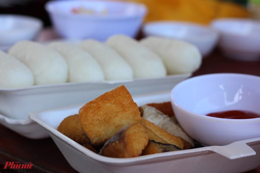 Cá dứa một nắng ăn cùng cơm nắm, món ngon được người dân địa phương mời khách.