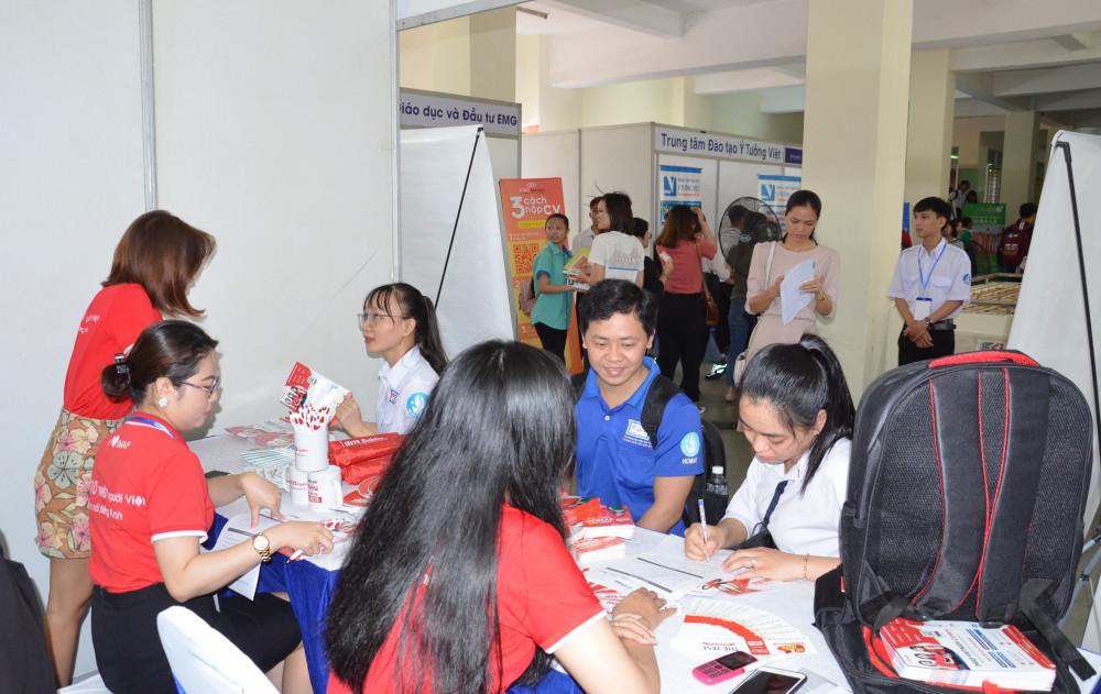 Sinh viên tham gia ngày hội việc làm để tiếp cận nhà tuyển dụng