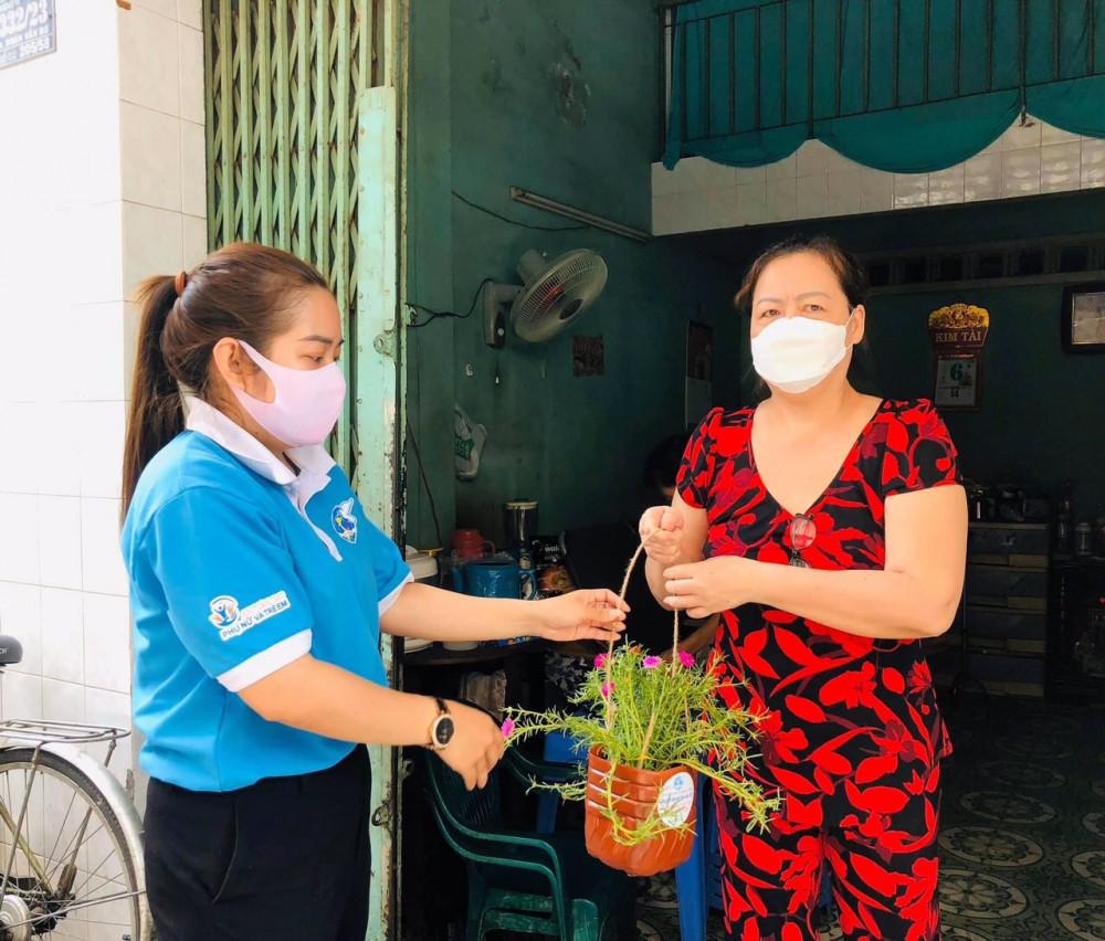 Hội viên phụ nữ p. 13 Q. 4 trao tặng chậu hoa từ vật liệu tái chế do người dân tại con hẻm của khu phố 3.