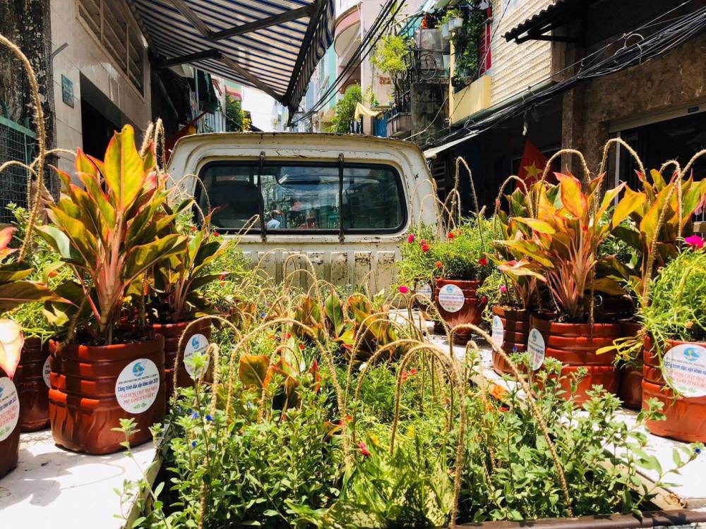 74 chậu cây và chậu hoa làm từ vật liệu tái chế được trao tặng cho người dân để lan tỏa ý thức bảo vệ môi trường.