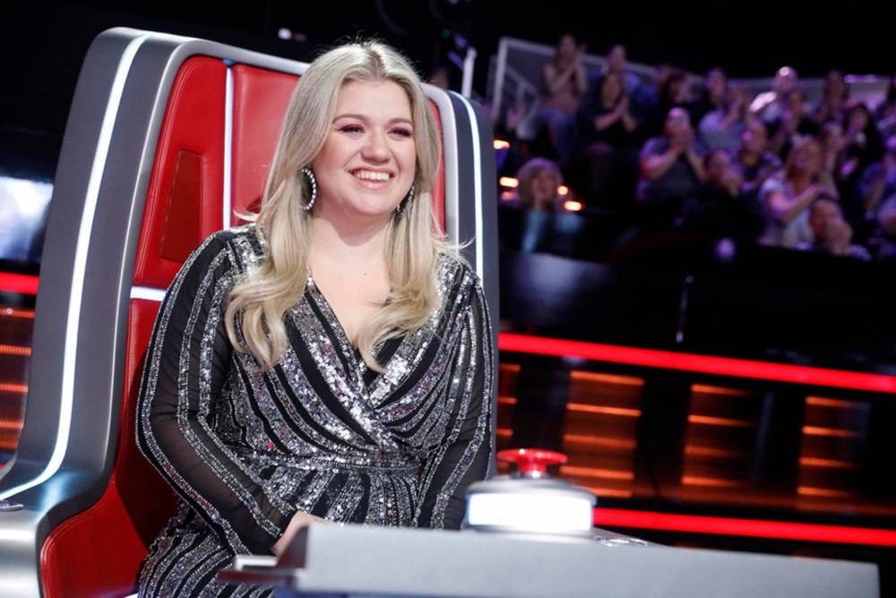 Kelly Clarkson là 1 trong 4 giám khảo của cuộc thi The Voice tại Mỹ.