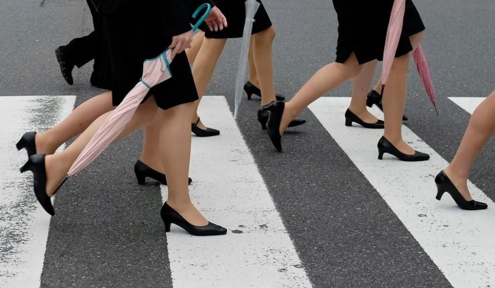Tiếp viên nữ của Japan Airlines được chọn loại giày phù hợp mà không nhất thiết phải là giày cao gót