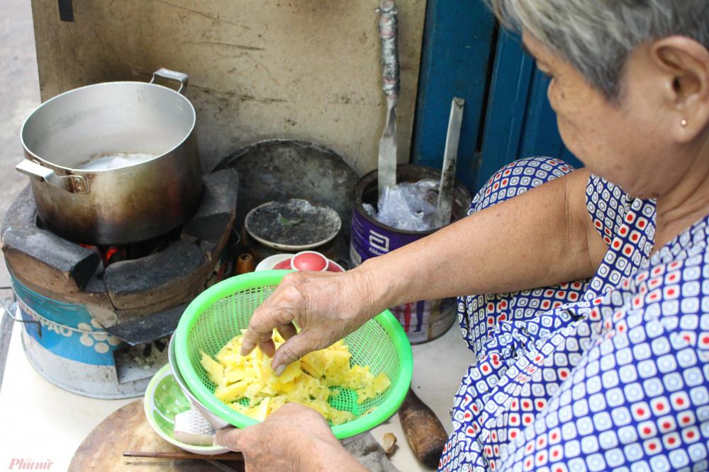 Bà Trịnh Thị Y nấu món canh mà chồng yêu thích nhất. Mỗi ngày, bà đều phải nấu cơm ở trước hiên nhà do căn nhà quá nhỏ