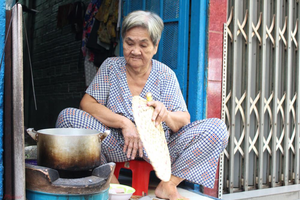 Nhà nhỏ, mấy chục năm qua, bà Y phải nấu cơm ở hiên nhà