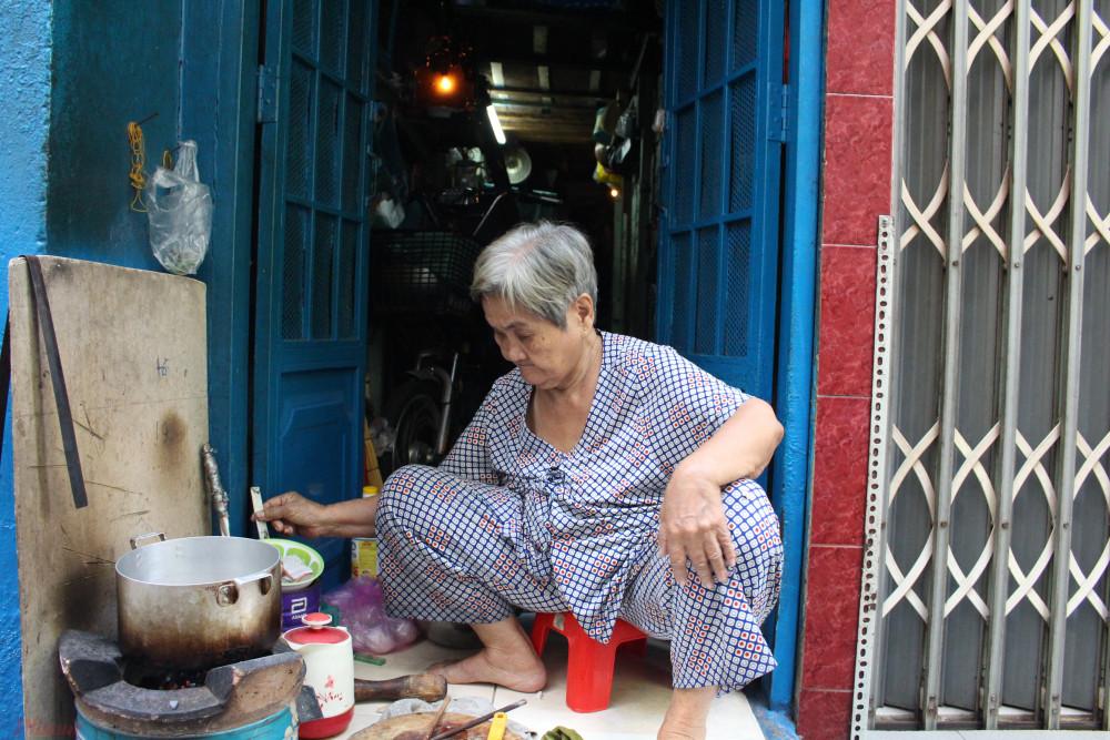 Bà Y vẫn chăm chút từng bữa cơm cho gia đình
