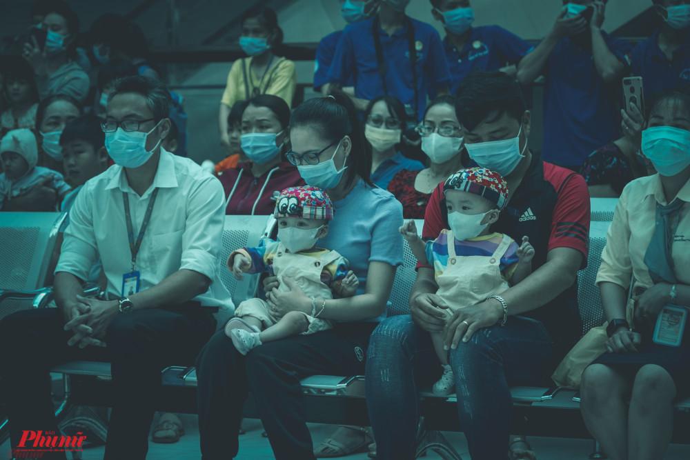 Từ sáng sớm, Diệu Nhi - Trúc Nhi cùng hàng trăm bé được cha mẹ dẫn đến tham gia trung thu. Các bé tạm quên hết mệt mỏi của bệnh tật, cùng nhau múa hát theo giai điệu quen thuộc.