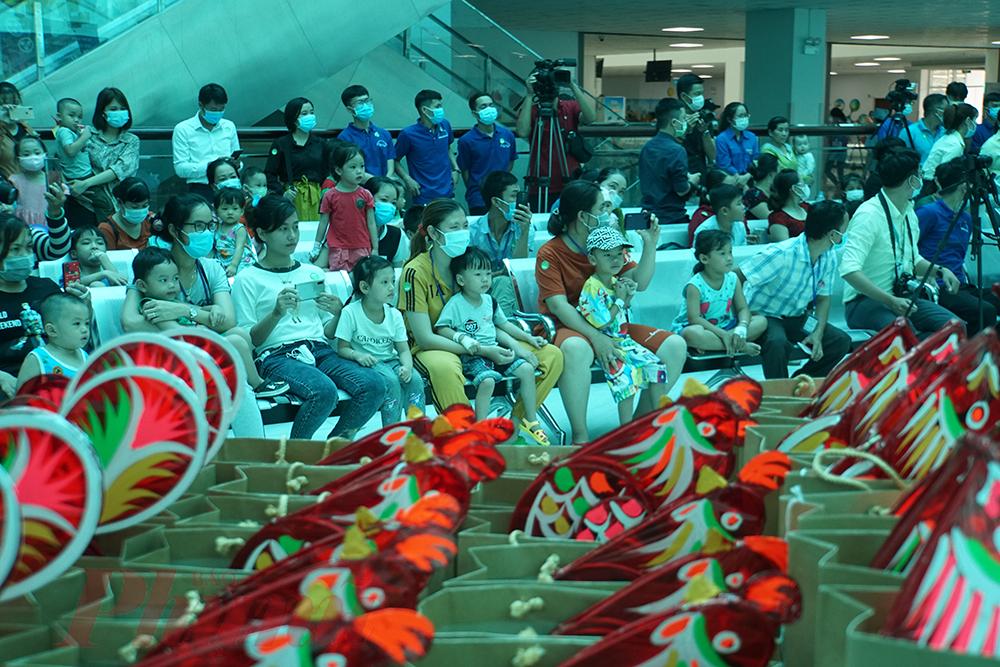 Cùng tham dự Mùa trăng yêu thương với Trúc Nhi-Diệu Nhi, hơn 200 bệnh nhi đang khám và điều trị tại Bệnh viện Nhi đồng Thành phố cũng được nhận nhiều phần quà ngọt ngào.