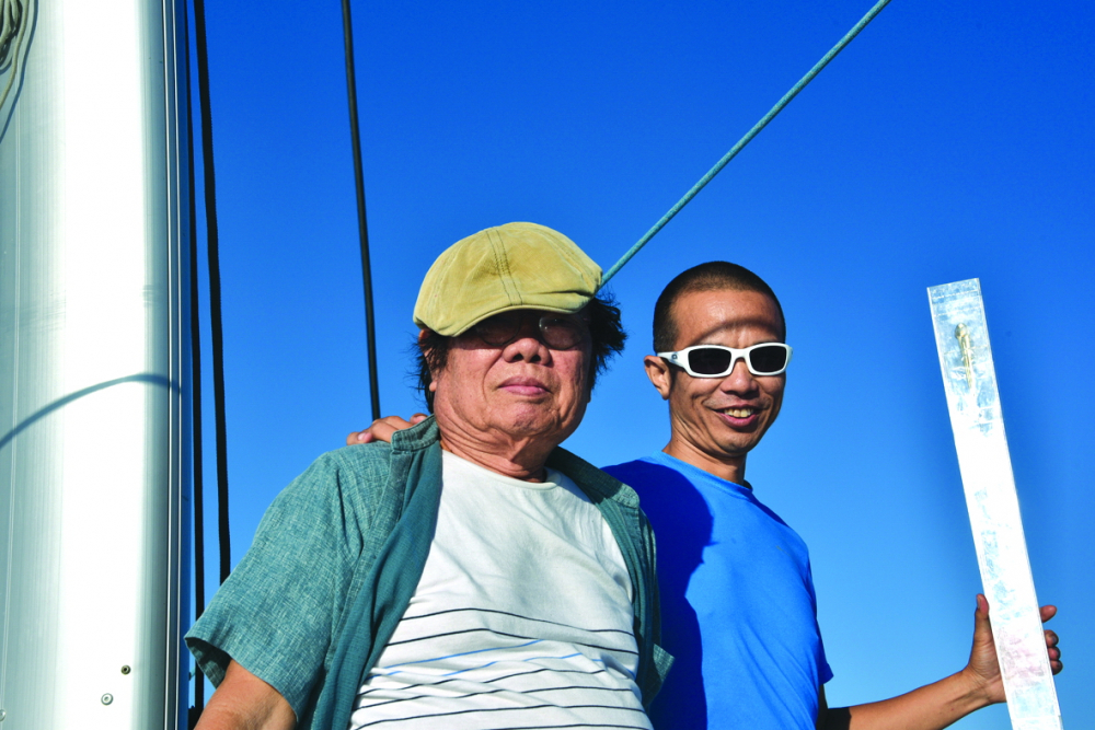 Nghệ sĩ Ưu Đàm và bố (họa sĩ Rừng) ngoài khơi Bắc Mỹ -  hành trình thả ngón tay thứ ba chinh phục châu Mỹ trong dự án Time Boomerang (năm 2019)