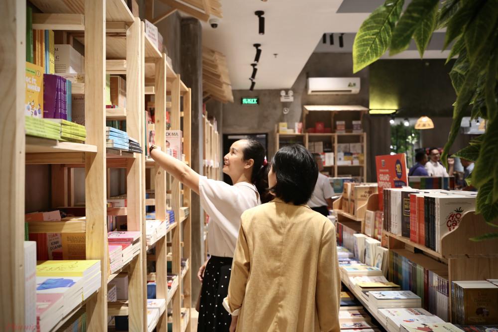 Không gian bày trí sách khá rộng rãi, tiện cho bạn đọc chọn lựa sách.