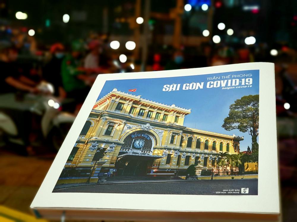 Cuốn Sài Gòn COVID-19 tập hợp 101 bức ảnh chụp lại nhịp sống của thành phố trong những ngày bình thường mới.